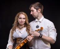 Μουσικό αγαπώντας ζεύγος με το βιολί Στοκ φωτογραφίες με δικαίωμα ελεύθερης χρήσης