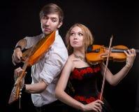Μουσικό ζεύγος με το βιολί και το balalaika Στοκ Εικόνα