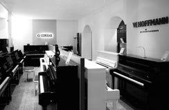 Μουσικό κατάστημα οργάνων με το πιάνο πολυτέλειας και το μεγάλο πιάνο από το Πε Στοκ Εικόνες