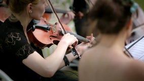 Μουσικό κουαρτέτο τρία παιχνίδι βιολιστών και βιολοντσελιστών υπαίθριο απόθεμα βίντεο
