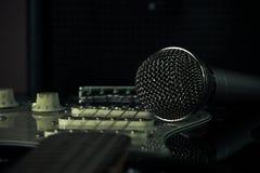 Μουσικό μικρόφωνο μετάλλων και ηλεκτρική κιθάρα Στοκ φωτογραφία με δικαίωμα ελεύθερης χρήσης