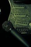 Μουσικό μικρόφωνο μετάλλων και ηλεκτρική κιθάρα Στοκ Εικόνες