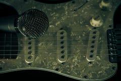 Μουσικό μικρόφωνο μετάλλων και ηλεκτρική κιθάρα Στοκ εικόνα με δικαίωμα ελεύθερης χρήσης