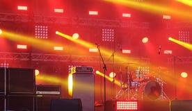 Μουσικό τύμπανο οργάνων στη σκηνή κατά τη διάρκεια του φεστιβάλ βράχου Στοκ Φωτογραφίες