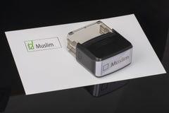 Μουσουλμάνος - τετραγωνίδιο με έναν σταυρό στη Λευκή Βίβλο με λαστιχένιο Stamper λαβών Έννοια πινάκων ελέγχου στοκ φωτογραφίες με δικαίωμα ελεύθερης χρήσης