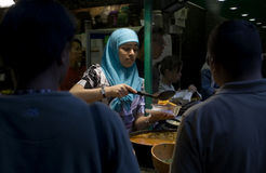 Μουσουλμανικά νέα εξυπηρετώντας τρόφιμα γυναικών Στοκ Φωτογραφία
