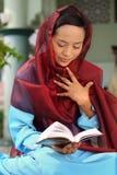 μουσουλμανική γυναίκα ανάγνωσης qur στοκ εικόνες
