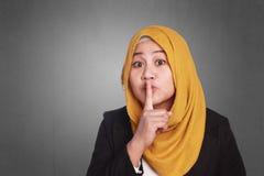 Μουσουλμανική γυναίκα που ρωτά τη σιωπή Στοκ φωτογραφία με δικαίωμα ελεύθερης χρήσης