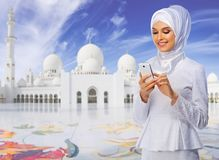 Μουσουλμανική γυναίκα στο άσπρο υπόβαθρο μουσουλμανικών τεμενών στοκ εικόνα με δικαίωμα ελεύθερης χρήσης