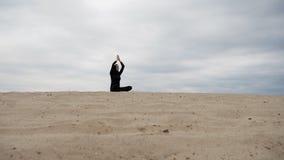 Μουσουλμανική γυναίκα στο hijab που ασκεί την υγιή άσκηση γιόγκας τρόπου ζωής στην έρημο στο ηλιοβασίλεμα Στοκ εικόνες με δικαίωμα ελεύθερης χρήσης