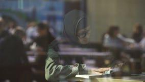 Μουσουλμανική γυναίκα eyeglasses που μελετά, πρόγραμμα ανταλλαγής σπουδαστών, ευρωπαϊκό κολλέγιο φιλμ μικρού μήκους