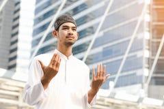 Μουσουλμανική επίκληση νεαρών άνδρων Στοκ εικόνες με δικαίωμα ελεύθερης χρήσης