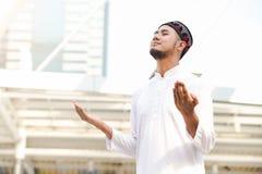 Μουσουλμανική επίκληση νεαρών άνδρων Στοκ φωτογραφία με δικαίωμα ελεύθερης χρήσης