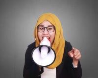 Μουσουλμανική να φωνάξει επιχειρηματιών δραστηροποίηση με Megaphone Στοκ εικόνες με δικαίωμα ελεύθερης χρήσης