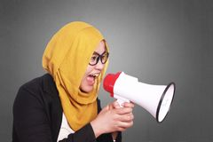 Μουσουλμανική να φωνάξει επιχειρηματιών δραστηροποίηση με Megaphone Στοκ Εικόνα