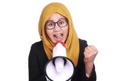 Μουσουλμανική να φωνάξει επιχειρηματιών δραστηροποίηση με Megaphone Στοκ φωτογραφίες με δικαίωμα ελεύθερης χρήσης