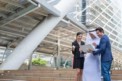 Μουσουλμανικοί επιχειρηματίας και επιχειρηματίες που κοιτάζουν στο σημειωματάριο και το χαμόγελο για επιτυχή στην επιχειρησιακή α στοκ φωτογραφία με δικαίωμα ελεύθερης χρήσης