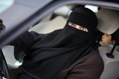 Μουσουλμανικός Μεσο-Ανατολικός θηλυκός οδηγός στοκ εικόνα με δικαίωμα ελεύθερης χρήσης
