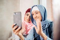 Μουσουλμανικός φίλος γυναικών δύο selfie από το smartphone Στοκ Φωτογραφία