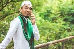 Μουσουλμανικό άτομο που χρησιμοποιεί το smartphone Στοκ Φωτογραφία