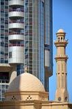 Μουσουλμανικό τέμενος μπροστά από τον ουρανοξύστη Στοκ εικόνες με δικαίωμα ελεύθερης χρήσης