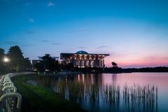 Μουσουλμανικό τέμενος σιδήρου σε Putrajaya κατά τη διάρκεια της μπλε ώρας μετά από το ηλιοβασίλεμα στοκ εικόνες