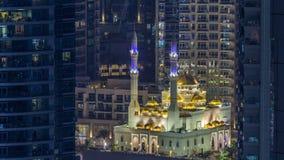 Μουσουλμανικό τέμενος Al Raheem μεταξύ της ημέρας ουρανοξυστών στη νύχτα timelapse στον περίπατο μαρινών στη μαρίνα του Ντουμπάι, φιλμ μικρού μήκους