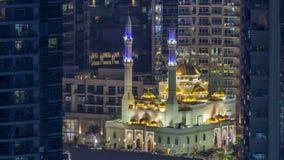 Μουσουλμανικό τέμενος Al Raheem μεταξύ της ημέρας ουρανοξυστών στη νύχτα timelapse στον περίπατο μαρινών στη μαρίνα του Ντουμπάι, απόθεμα βίντεο