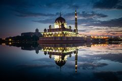 Μουσουλμανικό τέμενος Putra κατά τη διάρκεια της μπλε ώρας με την αντανάκλαση στη λίμνη στοκ εικόνα