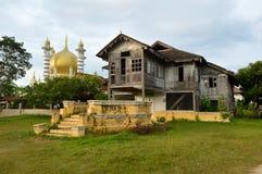 Μουσουλμανικό τέμενος Ubudiah & παραδοσιακό της Μαλαισίας σπίτι Στοκ Εικόνα