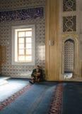 Μουσουλμάνοι βρίσκουν την ειρήνη με την ανάγνωση του Quran στο μουσουλμανικό τέμενος Στοκ Εικόνες