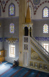 Μουσουλμάνοι βρίσκουν την ειρήνη με την ανάγνωση του Quran στο μουσουλμανικό τέμενος Στοκ Εικόνα