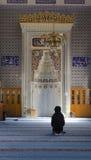 Μουσουλμάνοι βρίσκουν την ειρήνη με την ανάγνωση του Quran στο μουσουλμανικό τέμενος Στοκ φωτογραφία με δικαίωμα ελεύθερης χρήσης