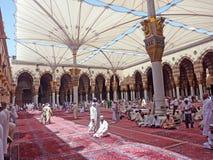 Μουσουλμάνοι παίρνουν έτοιμοι να προσεηθούν το εσωτερικό μουσουλμανικό τέμενος Nabawi Στοκ Εικόνες