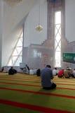 Μουσουλμάνοι προσεύχονται στο μουσουλμανικό τέμενος στοκ εικόνες με δικαίωμα ελεύθερης χρήσης