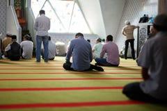Μουσουλμάνοι προσεύχονται στο μουσουλμανικό τέμενος στοκ εικόνες