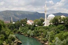 Μουσουλμανικά τεμένη του Μοστάρ και πράσινη όχθη ποταμού Neretva Στοκ φωτογραφία με δικαίωμα ελεύθερης χρήσης