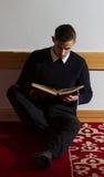 Μουσουλμανική ανάγνωση Koran ατόμων στο μουσουλμανικό τέμενος Στοκ εικόνες με δικαίωμα ελεύθερης χρήσης