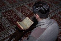 Μουσουλμανική ανάγνωση Koran ατόμων στο μουσουλμανικό τέμενος Στοκ Φωτογραφίες