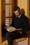 Μουσουλμανική ανάγνωση Koran ατόμων Στοκ Εικόνα