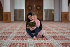Μουσουλμανική ανάγνωση Koran, μουσουλμανική οικογένεια γυναικών και γιων Στοκ εικόνες με δικαίωμα ελεύθερης χρήσης