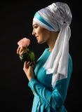 Μουσουλμανική γυναίκα με το ροδαλό λουλούδι Στοκ εικόνες με δικαίωμα ελεύθερης χρήσης