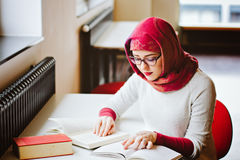 Μουσουλμανική γυναίκα στη βιβλιοθήκη Στοκ φωτογραφία με δικαίωμα ελεύθερης χρήσης