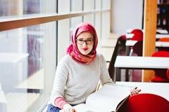 Μουσουλμανική γυναίκα στη βιβλιοθήκη Στοκ εικόνες με δικαίωμα ελεύθερης χρήσης