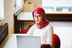 Μουσουλμανική γυναίκα στη βιβλιοθήκη Στοκ Εικόνες