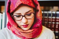 Μουσουλμανική γυναίκα στη βιβλιοθήκη Στοκ Φωτογραφία