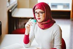 Μουσουλμανική γυναίκα στη βιβλιοθήκη Στοκ φωτογραφίες με δικαίωμα ελεύθερης χρήσης