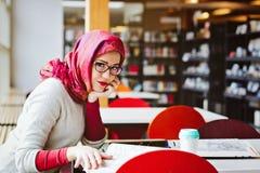 Μουσουλμανική γυναίκα στη βιβλιοθήκη Στοκ Φωτογραφίες