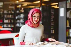 Μουσουλμανική γυναίκα στη βιβλιοθήκη Στοκ εικόνα με δικαίωμα ελεύθερης χρήσης