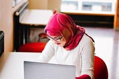 Μουσουλμανική γυναίκα στη βιβλιοθήκη Στοκ Εικόνα